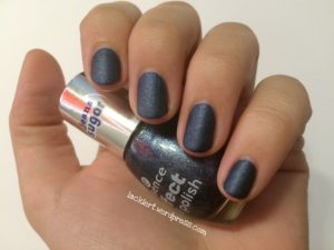 essence effect nail polish blue-jeaned mit satin matt top coat zum blue friday