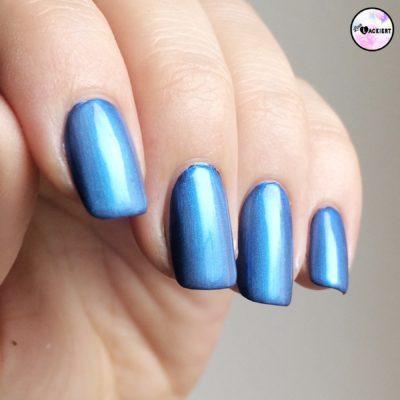 Metallisch blauer Nagellack durch Kombination zweier Lacke