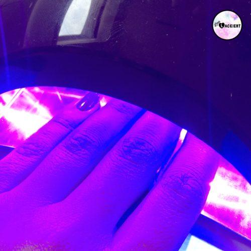 Meanails UV-Lack unter der Lampe